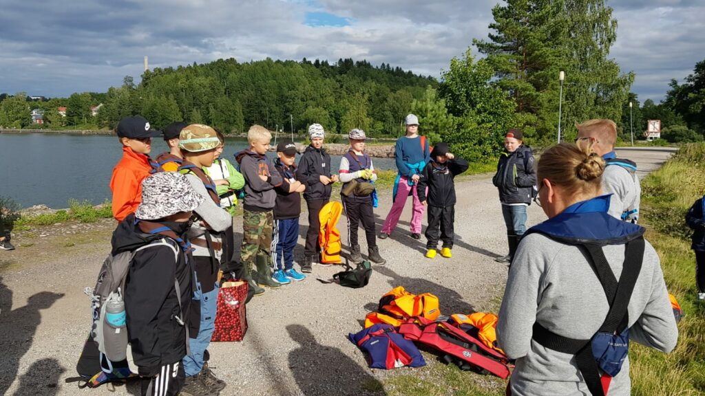 Ohjeita kuuntelemassa ennen alukseen nousua. (c) Janne Laaksonen